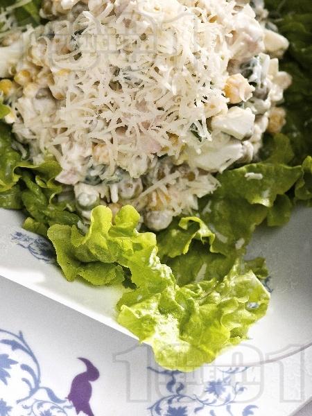 Салата от рулца от раци, грах, царевица, яйца, сирене моцарела и майонеза - снимка на рецептата